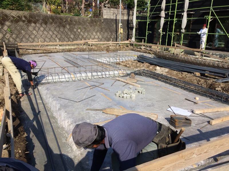 その後、地面からの湿気を止めるためのビニールシートを張り、鉄筋を組んでいきます。