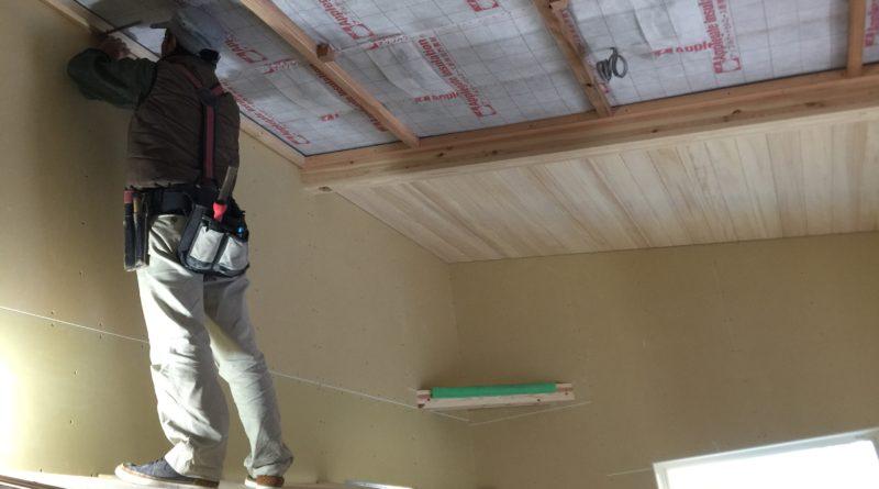 電気配線・断熱工事も終わり、内部造作工事が順調に進んでいきます。