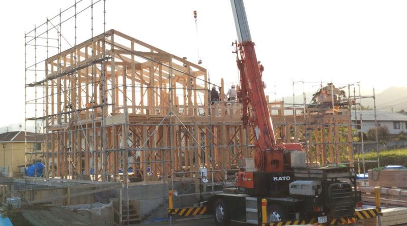 翌日も、天気も良く建て方が始まります。 材料をクレーンにて搬入して柱を立て、骨組みを順番通り組み立てていきます。 無事、骨組みは組み終わり1日目は完了です。