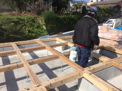 並行して、土台が敷き込まれたところから白蟻予防のためホウ酸処理をしていきます。