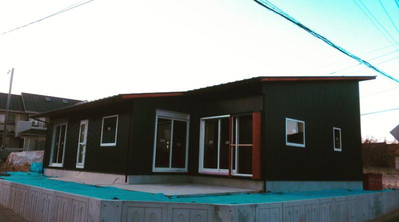並行して、屋根・外壁工事も進んでいきます。 屋根はガルバリウム鋼板、外壁はガルバリウム鋼板と杉板張りとサイディング塗装仕上げの組み合わせです。