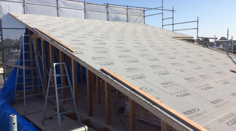 2日目は、屋根下地工事です。 屋根を支える部材を取り付けて、構造用の合板を張っていきます。 無事、屋根の防水用ルーフィングまで終わりました。