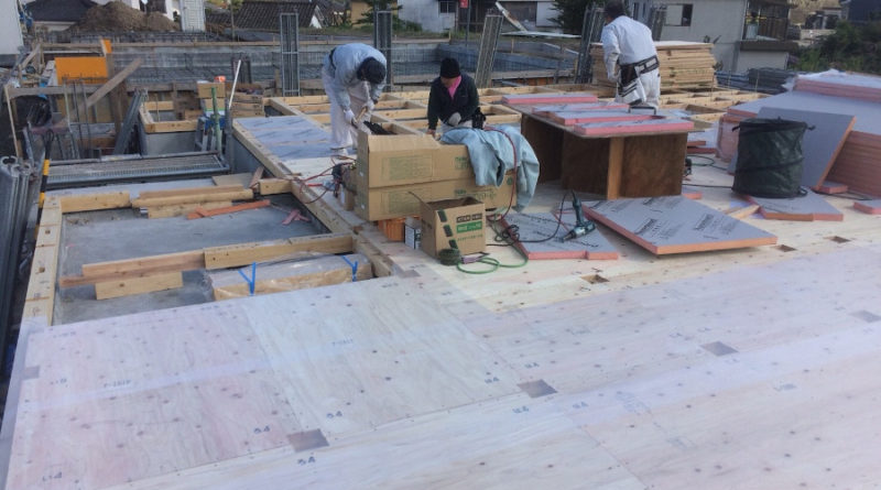 ホウ酸処理が終わったところから順番に断熱材を敷き込んで 構造用の合板を敷き込んでいき、汚れ防止と濡れないように 養生していきます。これで、明日から建て方です。