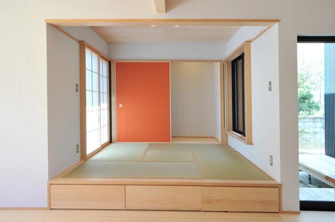 リビングの隣の和室は、段差をつけて収納にしています。
