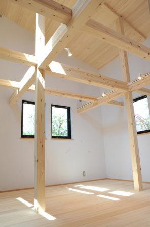 子供室は、吹抜けにして梁を見せ、ハンモックが吊るせるようにしています。 将来的には、2階を増築できるようにしています。