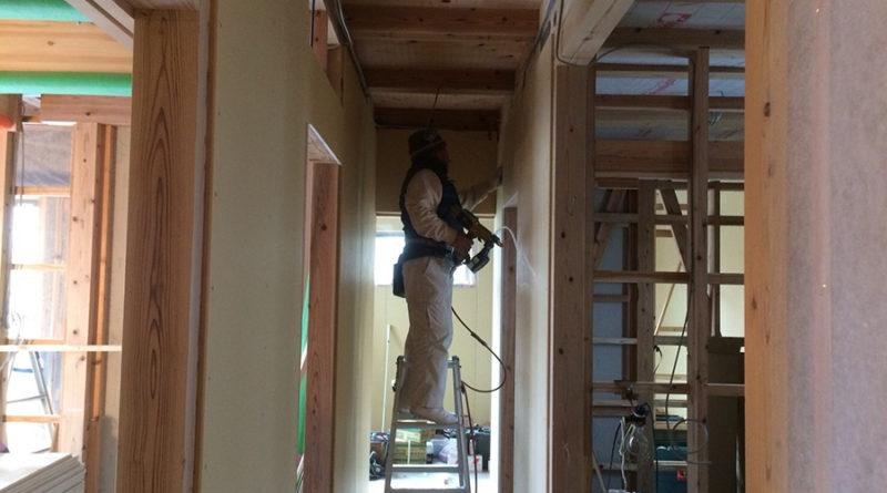一定の期間馴染ませている間に壁・天井のボード張りを施工しています。