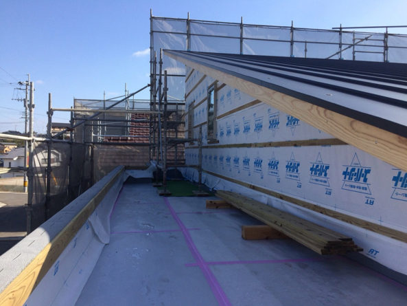 防水工事も終わり、傷をつけないように養生して屋根のガルバリウム鋼板張りも終わりました。