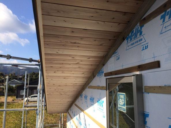 外部は内部と並行して、屋根裏の軒天材板張りを施工しています。