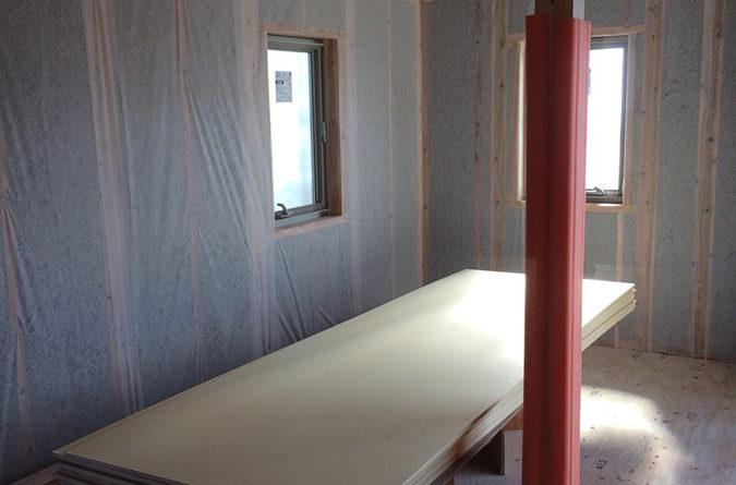 内部は大工さんが壁・天井下地工事、断熱材業者さんが断熱工事の準備・吹込みを施工しています。