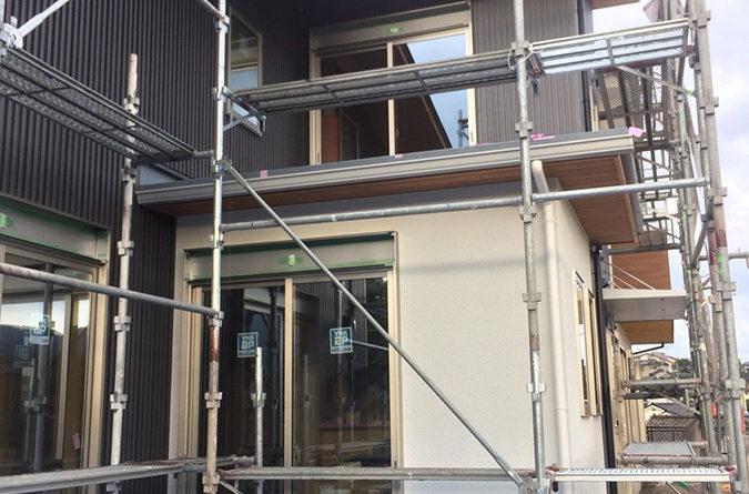 張り終わると、外壁ガルバリウム鋼板張りとサイディング張りの工事です。